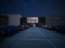 ВТехасе появился идеальный кинотеатр навремя пандемии. Фильмы показывают напарковке