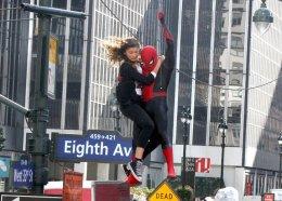 Том Холланд иЗендая летают поНью-Йорку нановых фото сосъемок «Человека-паука: Вдали отдома»