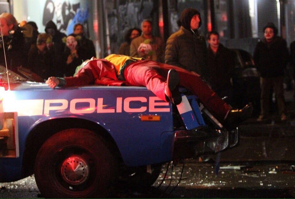 Полицейские сбили Хоакина Феникса на свежих кадрах со съемок «Джокера»   Канобу - Изображение 8568