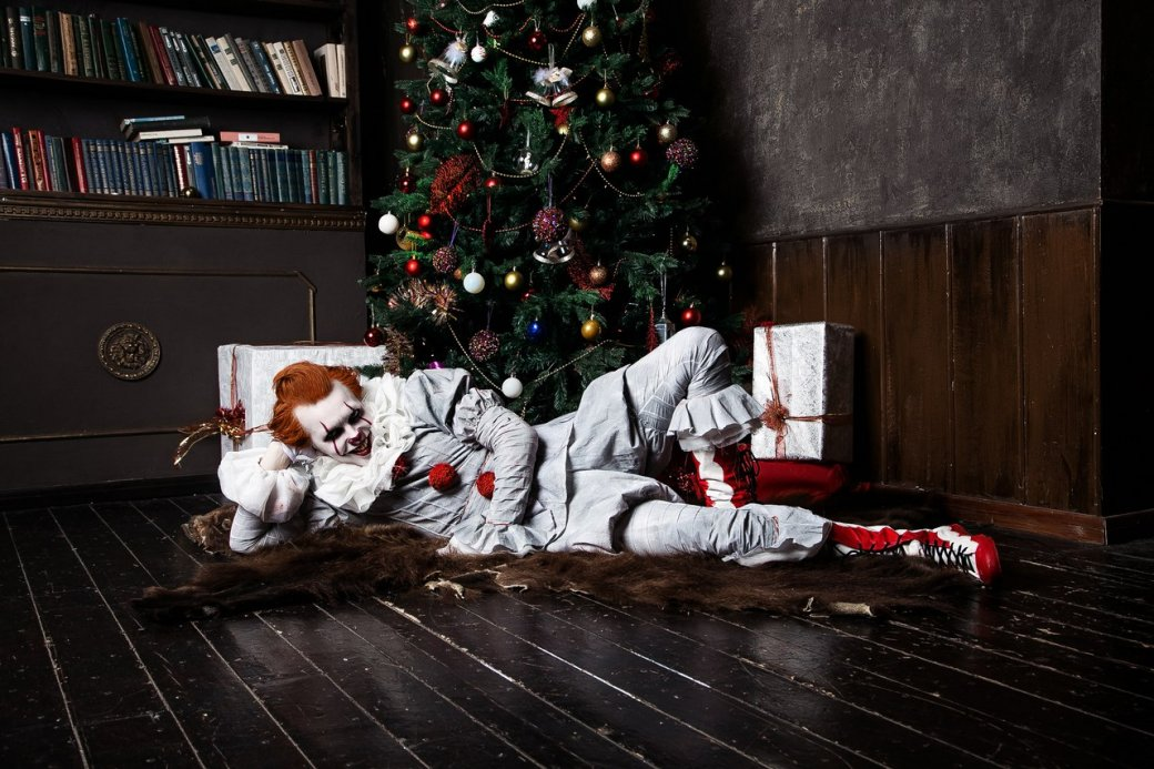 Самый жуткий новогодний косплей дня: клоун Пеннивайз изфильма «Оно» меняет имидж. - Изображение 1
